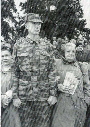 Забавная фотография 9 мая 2004 года. Ветераны смотрят парад на площади Революции.